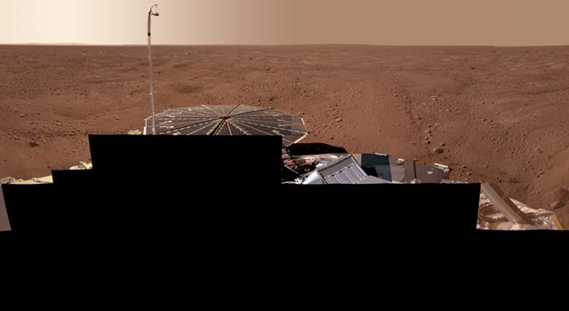 panoramic view shoing Phoenix on Mars