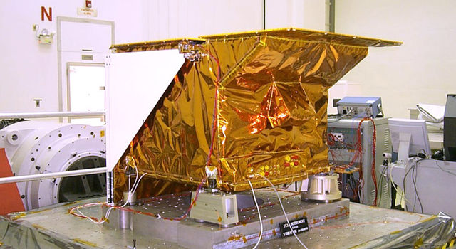 Technicians install NASA's Tropospheric Emission Spectrometer (TES) instrument on NASA's Aura spacecraft prior to launch