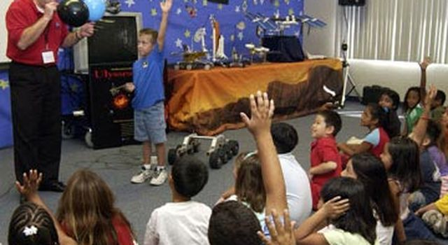 JPL educator and class discuss science at Explorer School activity