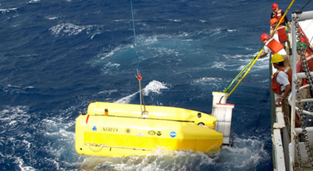 A team recovers the hybrid robotic vehicle Nereus aboard the research vessel Cape Hatteras