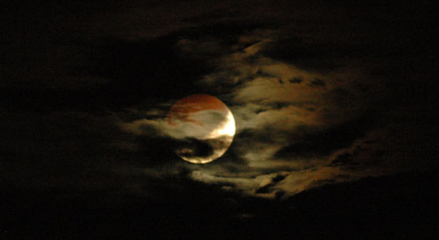 News Lunar Eclipse Wallpaper Contest Yields Hundreds of Photos