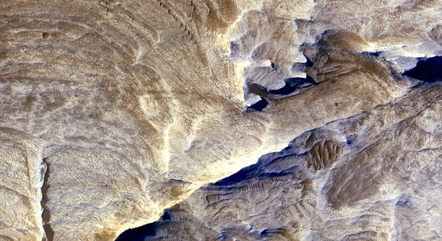 fractures within the Candor Chasma region of Valles Marineris, Mars