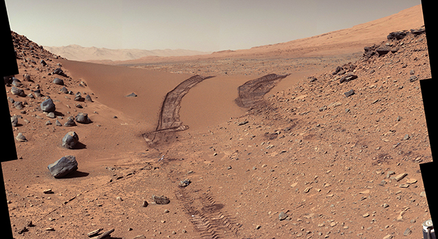 Curiosity's Color View of Martian Dune After Crossing It